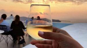 Σαντορινιό κρασί και ηλιοβασίλεμα